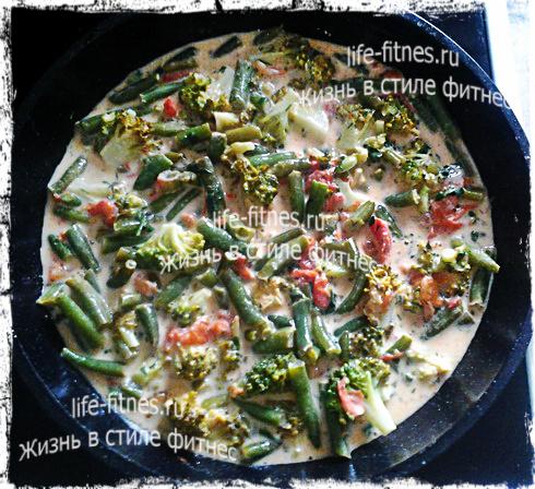 Омлет с помидорами, стручковой фасолью и брокколи