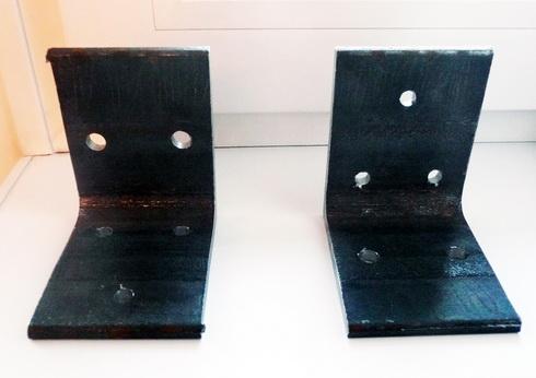 металлические уголки с отверстиями