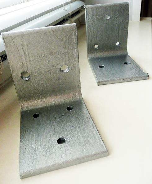 покрашенные металлические уголки с отверстиями
